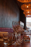 Εσωτερικό του σύγχρονου εστιατορίου, κενό γυαλί στον πίνακα. Στοκ Εικόνες