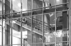 Εσωτερικό του σύγχρονου κτηρίου γυαλιού με τα σκαλοπάτια Στοκ Εικόνα