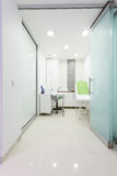 Εσωτερικό του σύγχρονου υγιούς beauty spa σαλονιού. Δωμάτιο επεξεργασίας. Στοκ φωτογραφίες με δικαίωμα ελεύθερης χρήσης
