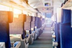 Εσωτερικό του σύγχρονου intercity σαφούς τραίνου Πίσω άποψη των ευρέων άνετων καθισμάτων στη σειρά στη μεταφορά σιδηροδρόμου Ελαφ Στοκ εικόνα με δικαίωμα ελεύθερης χρήσης
