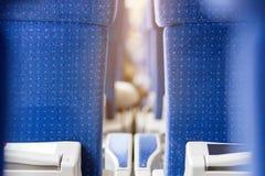 Εσωτερικό του σύγχρονου intercity σαφούς τραίνου Πίσω άποψη των ευρέων άνετων καθισμάτων στη σειρά στη μεταφορά σιδηροδρόμου Στοκ εικόνα με δικαίωμα ελεύθερης χρήσης
