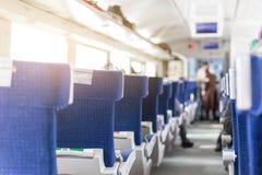 Εσωτερικό του σύγχρονου intercity σαφούς τραίνου Πίσω άποψη των ευρέων άνετων καθισμάτων στη σειρά στη μεταφορά σιδηροδρόμου Ανατ Στοκ εικόνα με δικαίωμα ελεύθερης χρήσης