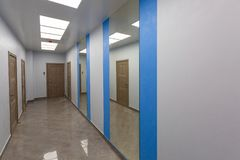 Εσωτερικό του χαρακτηριστικού γραφείου - κενός διάδρομος - χωρίς έπιπλα μετά από την κατασκευή, εξέταση, αναδιαμόρφωση, επανοικοδ στοκ εικόνα με δικαίωμα ελεύθερης χρήσης