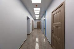 Εσωτερικό του χαρακτηριστικού γραφείου - κενός διάδρομος - χωρίς έπιπλα μετά από την κατασκευή, εξέταση, αναδιαμόρφωση, επανοικοδ στοκ φωτογραφίες