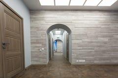 Εσωτερικό του χαρακτηριστικού γραφείου - κενό δωμάτιο - χωρίς έπιπλα μετά από την κατασκευή, εξέταση, αναδιαμόρφωση, επανοικοδόμη στοκ φωτογραφία