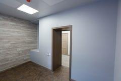 Εσωτερικό του χαρακτηριστικού γραφείου - κενό δωμάτιο - χωρίς έπιπλα μετά από την κατασκευή, εξέταση, αναδιαμόρφωση, επανοικοδόμη στοκ εικόνα