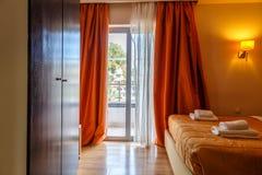 Εσωτερικό του δωματίου ξενοδοχείου με την πρόσβαση στο σύγχρονο ευρωπαϊκό θέρετρο μπαλκονιών Στοκ Φωτογραφία