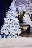 Εσωτερικό του όμορφου δωματίου με τις διακοσμήσεις Χριστουγέννων στοκ εικόνα