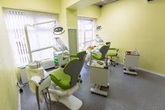 Εσωτερικό του offiice dantist, του εξοπλισμού γιατρών ` s και των ιατρικών εργαλείων χωρίς ανθρώπους Πράσινο δωμάτιο χρώματος Στοκ Εικόνες