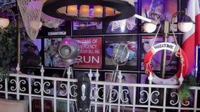 Εσωτερικό το εστιατόριο στη μαρίνα του Ντουμπάι απόθεμα βίντεο