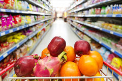 Εσωτερικό υπεραγορών, που γεμίζουν με τα φρούτα του κάρρου αγορών Στοκ φωτογραφία με δικαίωμα ελεύθερης χρήσης