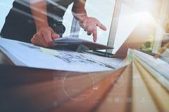 Εσωτερικό χέρι σχεδιαστών που λειτουργεί με το νέο σύγχρονο lap-top υπολογιστών Στοκ Φωτογραφίες