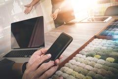 Εσωτερικό χέρι σχεδιαστών χρησιμοποιώντας το έξυπνο τηλέφωνο και επιλέγοντας τον τάπητα SAM Στοκ Εικόνα