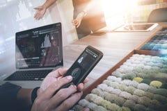 Εσωτερικό χέρι σχεδιαστών χρησιμοποιώντας το έξυπνο τηλέφωνο και επιλέγοντας τον τάπητα SAM Στοκ Φωτογραφίες