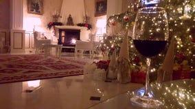 Εσωτερικό Χριστουγέννων Εγχώριο εσωτερικό καθιστικών με τη διακοσμημένα εστία και το χριστουγεννιάτικο δέντρο φιλμ μικρού μήκους
