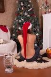 Εσωτερικό Χριστουγέννων Κορίτσι στο κόκκινο καπέλο Στοκ Φωτογραφία
