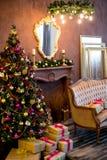 Εσωτερικό Χριστουγέννων στα πορφυρά και χρυσά χρώματα Στοκ Φωτογραφία