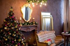 Εσωτερικό Χριστουγέννων στα πορφυρά και χρυσά χρώματα Στοκ εικόνες με δικαίωμα ελεύθερης χρήσης