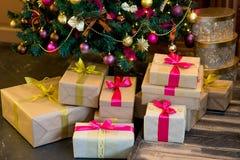 Εσωτερικό Χριστουγέννων στα πορφυρά και χρυσά χρώματα Στοκ Φωτογραφίες