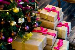 Εσωτερικό Χριστουγέννων στα πορφυρά και χρυσά χρώματα Στοκ φωτογραφίες με δικαίωμα ελεύθερης χρήσης