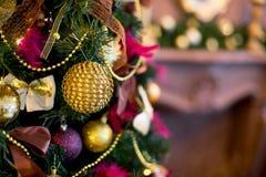 Εσωτερικό Χριστουγέννων στα πορφυρά και χρυσά χρώματα Στοκ Εικόνα