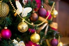 Εσωτερικό Χριστουγέννων στα πορφυρά και χρυσά χρώματα Στοκ Εικόνες