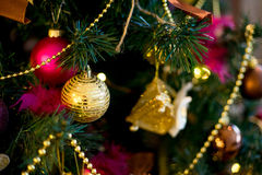 Εσωτερικό Χριστουγέννων στα πορφυρά και χρυσά χρώματα Στοκ φωτογραφία με δικαίωμα ελεύθερης χρήσης