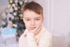 Εσωτερικό Χριστουγέννων Όμορφο πορτρέτο αγόρι λίγα οριζόντια Στοκ φωτογραφία με δικαίωμα ελεύθερης χρήσης