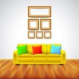 Εσωτερικό δωμάτιο με τον κίτρινο καναπέ και τα ζωηρόχρωμα μαξιλάρια απεικόνιση αποθεμάτων