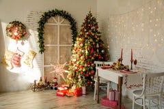 Εσωτερικό δωμάτιο με το έλατο Χριστουγέννων Στοκ Εικόνες
