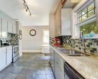 Εσωτερικό δωματίων κουζινών με την πίσω περιποίηση παφλασμών κεραμιδιών στοκ εικόνα με δικαίωμα ελεύθερης χρήσης