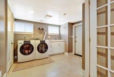 Εσωτερικό δωματίων πλυντηρίων στο γκρίζο χρώμα στοκ εικόνες με δικαίωμα ελεύθερης χρήσης