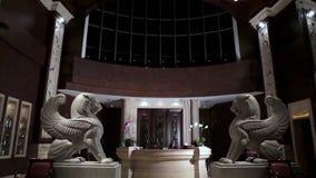 Εσωτερικό λόμπι πολυτέλειας με τα αγάλματα υποδοχή ξενοδοχείων με τα αγάλματα Εσωτερικό λόμπι πολυτέλειας Εσωτερικό λόμπι ξενοδοχ απόθεμα βίντεο