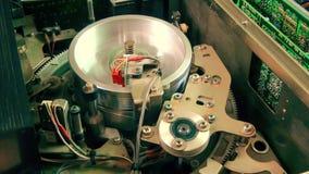 Εσωτερικό όργανο καταγραφής VHS: Η μαγνητική επικεφαλής στάση που λειτουργεί εκτινάσσει την ταινία απόθεμα βίντεο