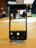 Εσωτερικό app καμερών νέο iPhone 8 και iPhone 8 συν στη Apple Stor Στοκ εικόνες με δικαίωμα ελεύθερης χρήσης