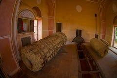 Εσωτερικό viw μιας λιθοστρωμένης δομής με μια λιθοστρωμένη μηχανή μέσα στο παλάτι οχυρών Ambert, που βρίσκεται Amer Στοκ φωτογραφίες με δικαίωμα ελεύθερης χρήσης