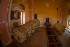 Εσωτερικό viw μιας λιθοστρωμένης δομής με μια λιθοστρωμένη μηχανή μέσα στο παλάτι οχυρών Ambert, που βρίσκεται Amer Στοκ Φωτογραφίες