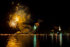 Ετήσια πυροτεχνήματα μεσάνυχτων στη λίμνη που αιμορραγείται στο κίτρινο γ Στοκ εικόνες με δικαίωμα ελεύθερης χρήσης