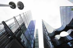 Εταιρικά κτήρια και σύγχρονος οβελίσκος Στοκ εικόνες με δικαίωμα ελεύθερης χρήσης