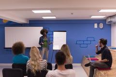 Εταιρική έννοια επιχειρησιακής συνεδρίασης σεμιναρίου ομιλητών μαύρων γυναικών Στοκ εικόνα με δικαίωμα ελεύθερης χρήσης