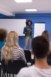 Εταιρική έννοια επιχειρησιακής συνεδρίασης σεμιναρίου ομιλητών μαύρων γυναικών Στοκ φωτογραφία με δικαίωμα ελεύθερης χρήσης