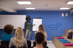 Εταιρική έννοια επιχειρησιακής συνεδρίασης σεμιναρίου ομιλητών μαύρων γυναικών Στοκ φωτογραφίες με δικαίωμα ελεύθερης χρήσης