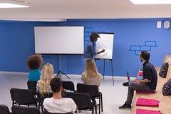 Εταιρική έννοια επιχειρησιακής συνεδρίασης σεμιναρίου ομιλητών μαύρων γυναικών Στοκ Φωτογραφίες