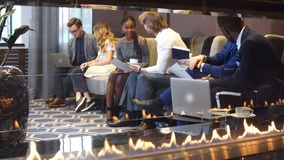 Εταιρική επιχειρησιακή ομάδα σε μια συνεδρίαση στο σύγχρονο γραφείο πόλεων απόθεμα βίντεο