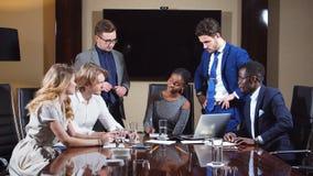 Εταιρική επιχειρησιακή ομάδα σε μια συνεδρίαση στο σύγχρονο γραφείο πόλεων φιλμ μικρού μήκους