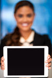 Εταιρική κυρία που παρουσιάζει συσκευή ταμπλετών Στοκ Φωτογραφία