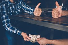 Εταιρική παράνομη επιχειρησιακή διαπραγμάτευση δωροδοκίας δωροδοκιών Στοκ Φωτογραφίες