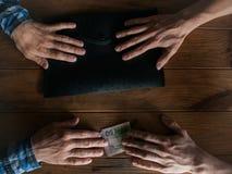 Εταιρική παράνομη επιχειρησιακή διαπραγμάτευση δωροδοκίας δωροδοκιών Στοκ φωτογραφία με δικαίωμα ελεύθερης χρήσης