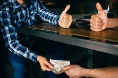 Εταιρική παράνομη επιχειρησιακή διαπραγμάτευση δωροδοκίας δωροδοκιών Στοκ Εικόνες