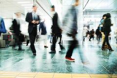 Εταιρική περπατώντας ανταλάσσοντας πόλη επιχειρηματιών Στοκ φωτογραφία με δικαίωμα ελεύθερης χρήσης